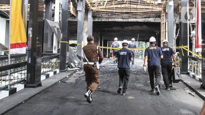 Tim Laboratorium Forensik (Labfor) dan Inafis melakukan olah tempat kejadian perkara (TKP) kebakaran Gedung Kejaksaan Agung, Jakarta, Senin (24/8/2020). Puslabfor Mabes Polri memeriksa seluruh penyebab kebakaran Gedung Kejaksaan Agung. (Liputan6.com/Johan Tallo)