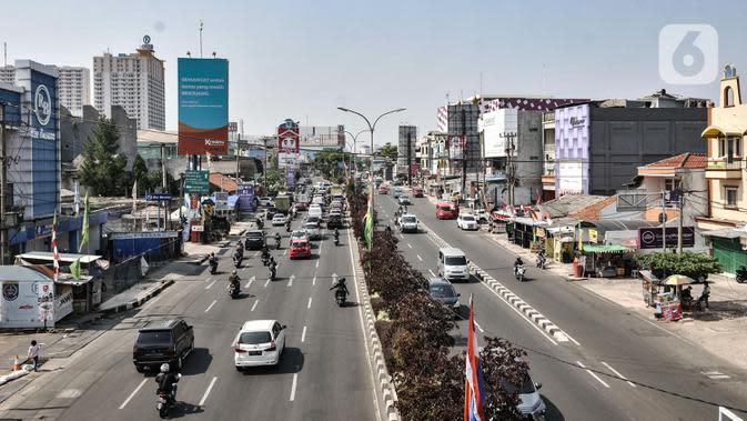 Kondisi lalu lintas di kawasan Pancoran Mas, Depok, Jawa Barat, Rabu (26/8/2020). Data terbaru yang dirilis Pemerintah Kota Depok mencatat sebanyak 48 kelurahan dari 11 kecamatan di Kota Depok masuk dalam kategori Zona Merah penularan COVID-19. (merdeka.com/Iqbal S. Nugroho)