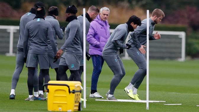 Manajer Tottenham Hotspur Jose Mourinho (ketiga kanan) mengawasi anak asuhnya berlatih jelang menghadapi Olympiakos pada matchday kelima Grup B Liga Champions di London, Inggris, Senin (25/11/2019). Tottenham Hotspur akan menghadapi Olympiakos pada 27 November 2019. (AP Photo/Alastair Grant)