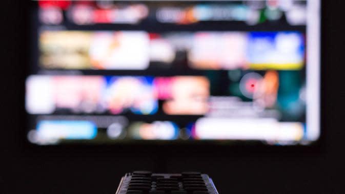 Ilustrasi menonton televisi. (dok. unsplash.com/Asnida Riani)
