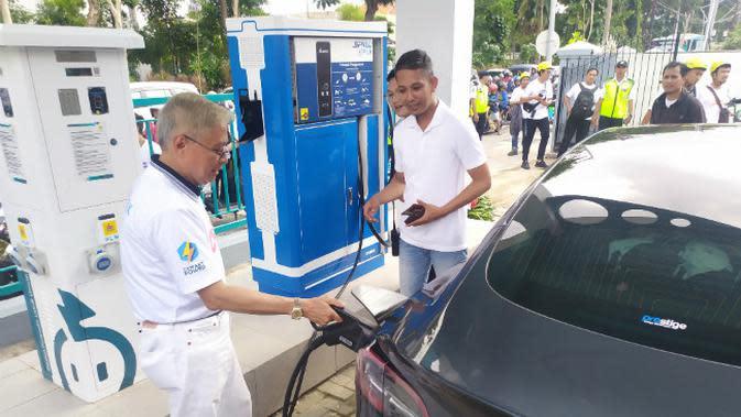 PLN Unit Induk Distribusi (UID) Jawa Timur meresmikan Stasiun Pengisian Kendaraan Listrik Umum (SPKLU) pertama di Surabaya. (Foto: Liputan6.com/Dian Kurniawan)
