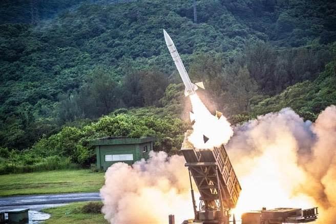 兩岸若開戰,多數人不願意讓另一半上戰場。圖為漢光演習,空軍防空部射擊天弓一型防空飛彈。(圖/國防部提供)