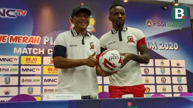 Pelatih Madura United, Rahmad Darmawan, dan Greg Nwokolo. (Bola.com/Aditya Wany)