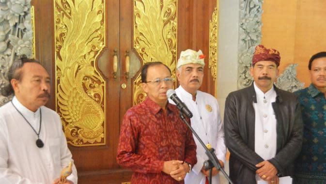 Gubernur Bali Wayan Koster bersama sejumlah tokoh adat (Liputan6.com/Dewi Divianta)