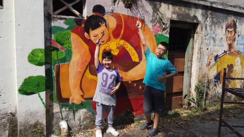 Some of Eric Lai's charges are also roped in to draw the mural behind the back lane of Taman Jubilee. Today the back lane has been recognised by Perak state government as the Ipoh Art Lane. — Picture via Facebook