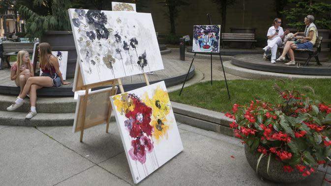 Karya-karya seni dipajang di area terbuka dalam pameran Art Downtown, Vancouver, British Columbia, Kanada, 4 September 2020. Art Downtown merupakan proyek yang memungkinkan seniman dan publik saling terhubung dan menginspirasi serta berbagi kreativitas. (Xinhua/Liang Sen)