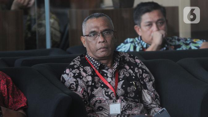 Rektor IAIN Ambon, Hasbullah Toisuta bersiap untuk menjalani pemeriksaan di Gedung KPK, Jakarta, Jumat (15/11/2019). Hasbollah Toisuta diperiksa dalam penyidikan kasus sengketa lahan pembangunan Kampus. (merdeka.com/Dwi Narwoko)
