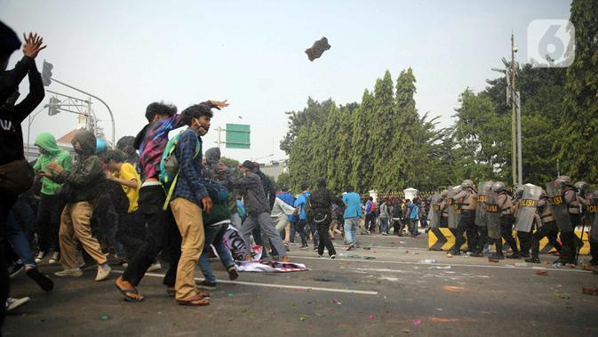 Pengunjuk rasa yang menolak UU Cipta Kerja terlibat bentrok dengan polisi di kawasan Harmoni, Jakarta, Kamis (8/10/2020). (Liputan6.com/Faizal Fanani)