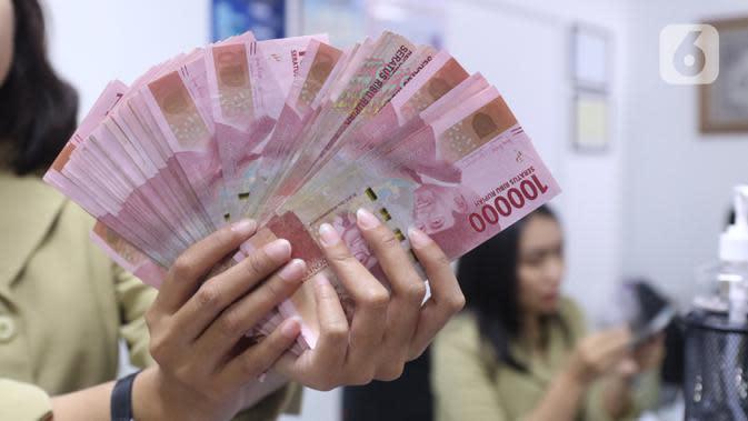 Pegawai menunjukkan mata uang rupiah di penukaran uang di Jakarta, Rabu (4/3/2020). Rupiah ditutup menguat 170 poin atau 1,19 persen menjadi Rp14.113 per dolar AS dibandingkan posisi hari sebelumnya Rp14.283 per dolar AS. (Liputan6.com/Angga Yuniar)