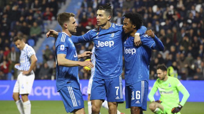 Bintang Juventus Cristiano Ronaldo bersama Aaron Ramsey dan Juan Cuadrado merayakan golnya ke gawang SPAL dalam lanjutan Liga Italia di Stadio Paolo Mazza, Minggu (23/2/2020) dini hari WIB. (Filippo Rubin/LaPresse via AP)