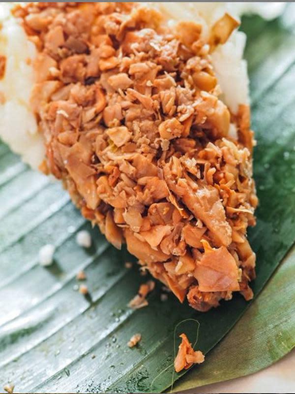 Nasi megono khas Pekalongan dengan cacahan daging. (dok. Instagram @chandrayohan/https://www.instagram.com/p/BrSlIVKHCiX/Esther Novita Inochi)