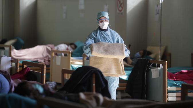 Petugas medis beraktivitas di salah satu rumah sakit darurat di Brescia, Italia, Senin (16/3/2020). Hingga Jumat (20/3/2020), jumlah kasus virus corona COVID-19 di Italia sudah mencapai 41.035 kasus dengan total kematian sebanak 3.405 orang. (AP Photo/Luca Bruno)