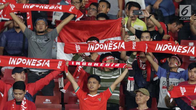 Suporter Tim Garuda membentangkan syal jelang menyaksikan Indonesia melawan Thailand pada laga Grup G Kualifikasi Piala Dunia 2022 zona Asia di Stadion Utama Gelora Bung Karno, Jakarta, Selasa (10/9/2019). Indonesia kalah 0-3. (Liputan6.com/Helmi Fithriansyah)