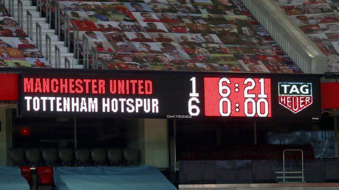 Sebuah tampilan menunjukkan skor pada akhir pertandingan Liga Premier Inggris antara Tottenham Hotspur melawan Manchester United di Old Trafford, Manchester, Inggris, Minggu (4/10/2020). Tottenham Hotspur mengalahkan Manchester United 6-1. (Alex Livesey/Pool via AP)