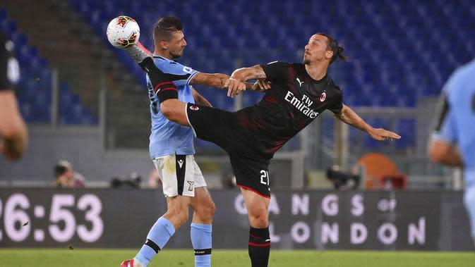 Pemain AC Milan, Zlatan Ibrahimovic, berebut bola dengan pemain Lazio, Sergej Milinkovic-Savic, pada laga Serie A di Stadion Olympic, Roma, Sabtu (4/6/2020). Lazio takluk 0-3 dari AC Milan. (AP/Alfredo Falcone)