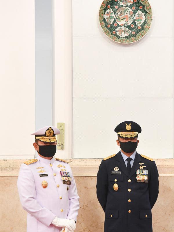 Laksamana TNI Yudo Margono (kiri) dan Marsekal TNI Fadjar Prasetyo (kanan) bersiap mengikuti upacara pelantikan Kepala Staf Angkatan Laut (KSAL) dan Kepala Staf Angkatan Udara (KSAU) di Istana Negara, Jakarta, Rabu (20/5/2020). (ANTARA FOTO/Hafidz Mubarak A/POOL)