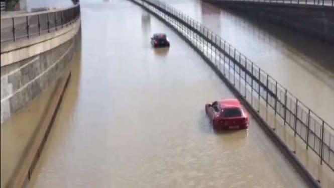 Bikin Ngilu, Mobil Sport Ferrari Terjebak di Jalanan yang Banjir