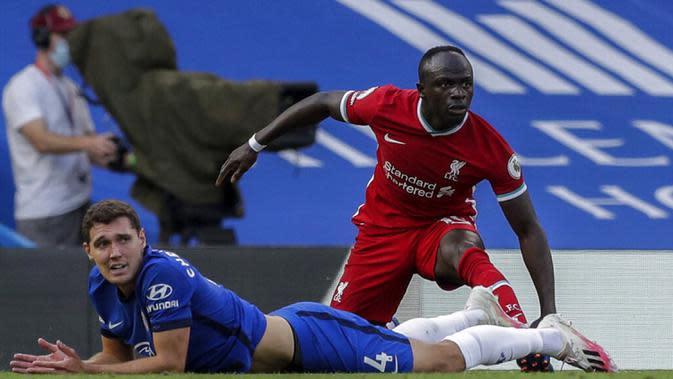 Pemain Chelsea Andreas Christensen dan pemain Liverpool Sadio Mane saat pertandingan Liga Premier Inggris di Stadion Stamford Bridge, Minggu (20/9/2020). Liverpool menang 2-0 lewat gol Sadio Mane. (AP Photo/Matt Dunham, Pool)
