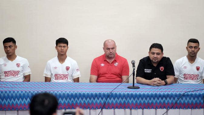 Sesi perkenalan pemain anyar PSM dihadiri pelatih kepala Bojan Hodak dan CEO klub, Munafri Arifuddin, di Hotel Aryaduta, Makassar, Jumat (10/1/2020). (Bola.com/Abdi Satria)