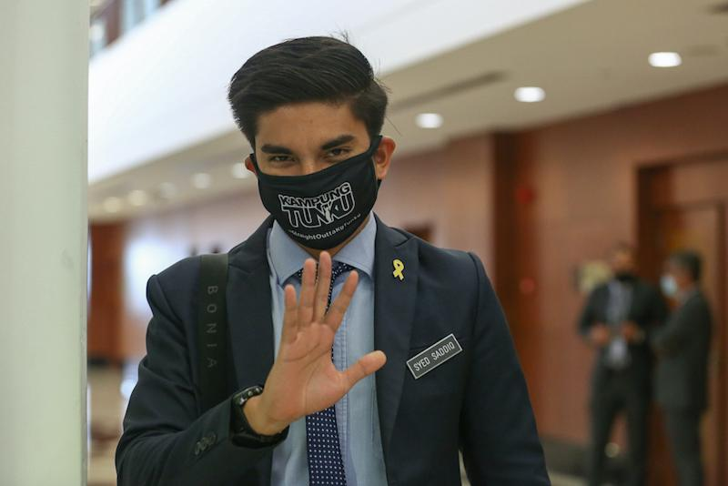 Muar MP Syed Saddiq Syed Abdul Rahman pointed out that the 15 media organisations allowed to enter Parliament for coverage beginning November 2, is a far cry from the actual number of media organisations at present.. — Picture by Yusof Mat Isa