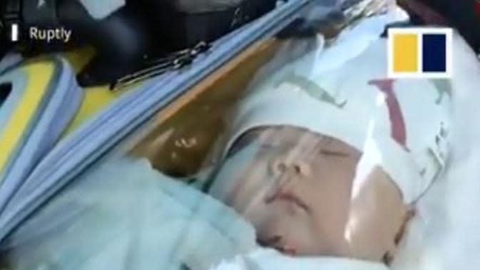 Ayah ciptakan inovasi unik untuk lindungi bayi di tengah pandemi corona COVID-19. (dok. screenshot video Twitter @SCMPNews)