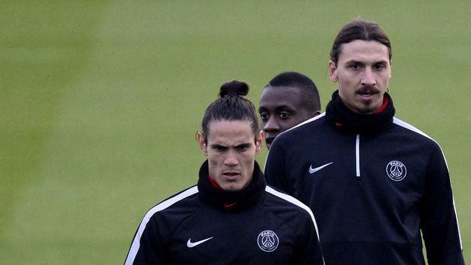 Striker Paris Saint-Germain Edinson Cavani mengaku tidak akrab dengan rekan setimnya, Zlatan Ibrahimovic (FRANCK FIFE / AFP)