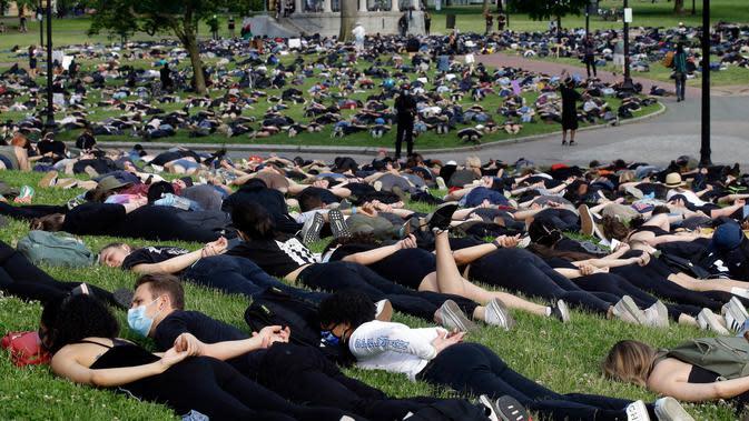 Ratusan demonstran berbaring telungkup menggambarkan George Floyd selama aksi protes terhadap kebrutalan polisi di Boston Common, Rabu (3/6/2020). Aksi tersebut menyimbolkan momen terakhir Floyd saat lehernya ditindih lutut kepolisian polisi Minneapolis pada 25 Mei lalu. (AP/Steven Senne)