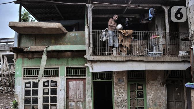 Aktivitas warga bantaran Kali Ciliwung saat merapikan barang di lantai atas rumah di permukiman RW 07 Rawajati, Kecamatan Pancoran, Jakarta, Selasa (22/9/2020). (merdeka.com/Iqbal S. Nugroho)