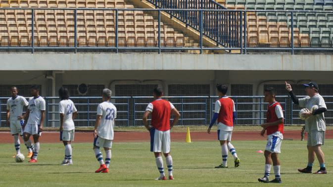 Skuat Persib Bandung menjalani sesi latihan di Stadion Gelora Bandung Lautan Api. (Liputan6.com/Huyogo Simbolon)