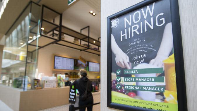 Sebuah poster lowongan pekerjaan terlihat di luar sebuah toko di Square One Shopping Center di Mississauga, Ontario, Kanada (9/10/2020). Tingkat pengangguran di Kanada pada September turun menjadi 9 persen dari 10,2 persen pada Agustus. (Xinhua/Zou Zheng)