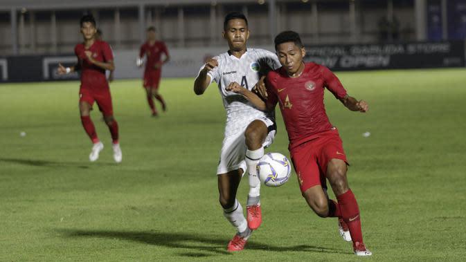 Penyerang Timnas Indonesia U-19, Muhammad Fajar Fathur, berebut bola dengan bek Timor Leste, Jaimito Antonio Soares, pada laga Kualifikasi Piala AFC U-19 di Stadion Madya, Rabu, (6/11/2019). Indonesia menang 3-1 atas Timor Leste. (Bola.com/M Iqbal Ichsan)