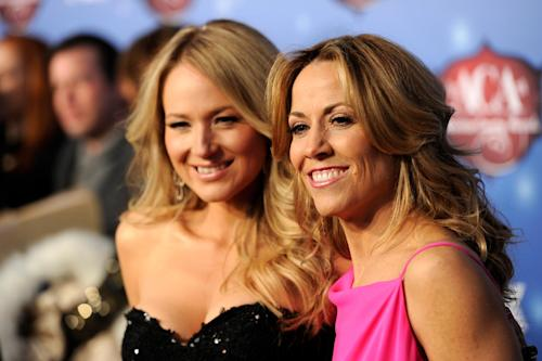 Sheryl Crow, right, and Jewel arrive at the American Country Awards at the Mandalay Bay Resort & Casino on Tuesday, Dec. 10, 2013, in Las Vegas, Nev. (Photo by Chris Pizzello/Invision/AP)