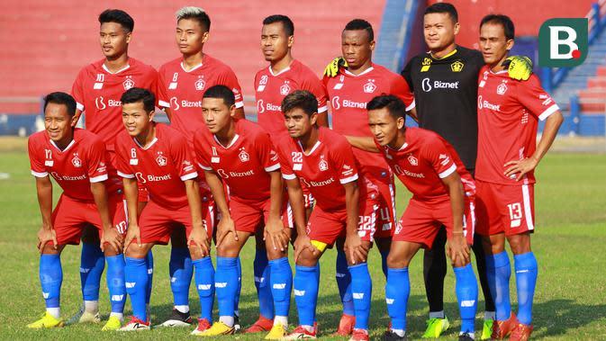 Persik Kediri memakai jersey tanpa nomor punggung ketika menjamu PSG Gresik pada uji coba di Stadion Brawijaya Kota Kediri, Kamis (17/9/2020). (Bola.com/Gatot Susetyo)