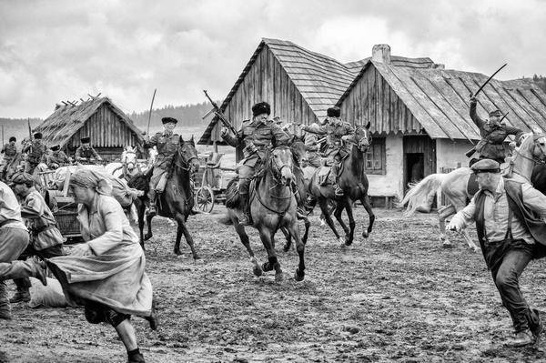 東歐二戰期間局勢混亂,入侵的軍隊屠殺人民,手無寸鐵的他們四散竄逃。(聯影提供)