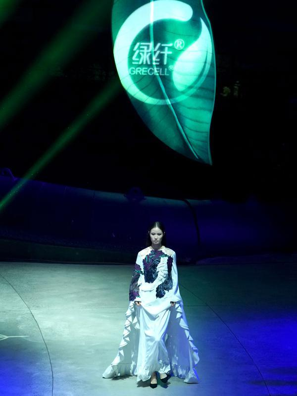 Seorang model memperagakan kreasi busana rancangan Zhang Zhaoda dan putrinya, Zhang Kaihui, dalam pembukaan Beijing Fashion Week di Beijing, ibu kota China (15/9/2020). (Xinhua/Chen Jianli)