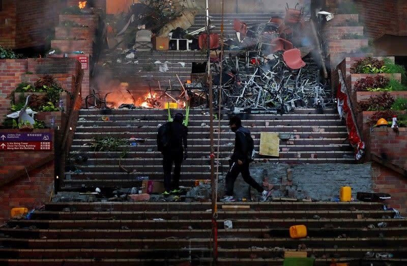 Polisi Hong Kong dapatkan kembali tumpukan baru bom bensin dari universitas