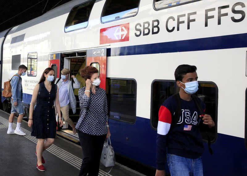 Switzerland should tighten coronavirus restrictions again - govt. advisor