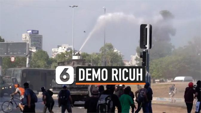 VIDEO: Ricuh, Demonstran Nekat Pukul Mobil Water Cannon Polisi