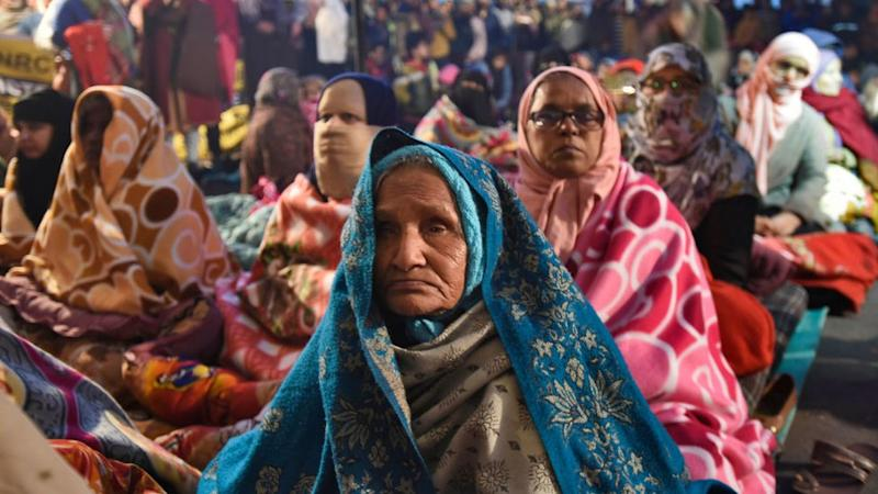 Perempuan dari semua usia menentang undang-undang kewarganegaraan.