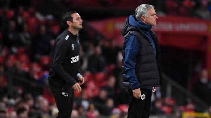 Pelatih Manchester United, Jose Mourinho dan pelatih Derby County, Frank Lampard pada Piala Liga Inggris di Stadion Old Trafford, Rabu (26/9/2018). Manchester United takluk adu penalti 9-10 (2-2) dari Derby County. (AFP/Paul Ellis)