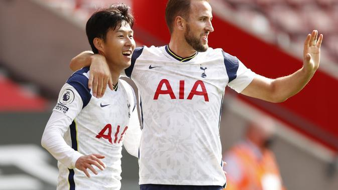 Ekspresi pemain Tottenham Hotspur, Son Heung-mon (kiri) dan Harry Kane pada laga Premier League kontra Southampton di Stadion St Mary, Minggu (20/9/2020). (AFP/Andrew Bowyers)