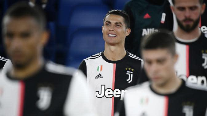Striker Juventus, Cristiano Ronaldo, tampak kecewa usai ditaklukkan Napoli pada laga final Coppa Italia di Stadion Olympic, Roma, Rabu (17/6/2020). Cristiano Ronaldo kembali gagal membawa Juventus meraih juara usai kalah adu penalti dari Napoli. (AFP/Filippo Monteforte)
