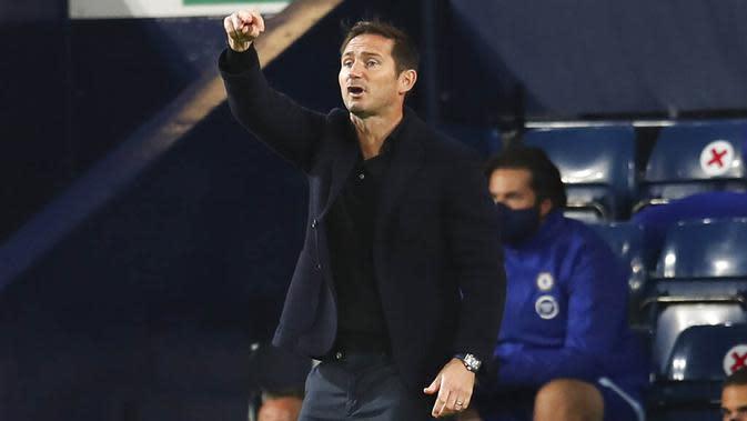 Pelatih Chelsea, Frank Lampard, memberikan arahan kepada anak asuhnya saat melawan West Bromwich Albion pada laga Liga Inggris di Stadion Hawthorns, Minggu (27/9/2020). Kedua tim bermain imbang 3-3. (Catherine Ivill/Pool via AP)