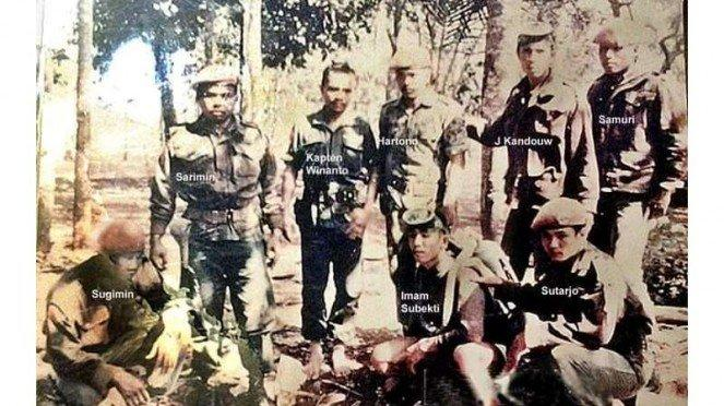 VIVA Militer : Pelda KKO (Purn) Evert Julius van Kandou bersama prajurit KKO