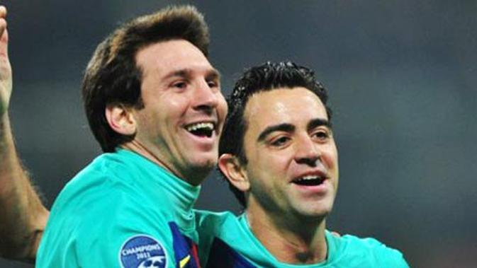 Lionel Messi (kiri) dan Xavi Hernandez merayakan gol pada partai lanjutan Grup H Liga Champions melawan AC Milan di San Siro, Milan, 23 November 2011. AFP PHOTO/GIUSEPPE CACACE