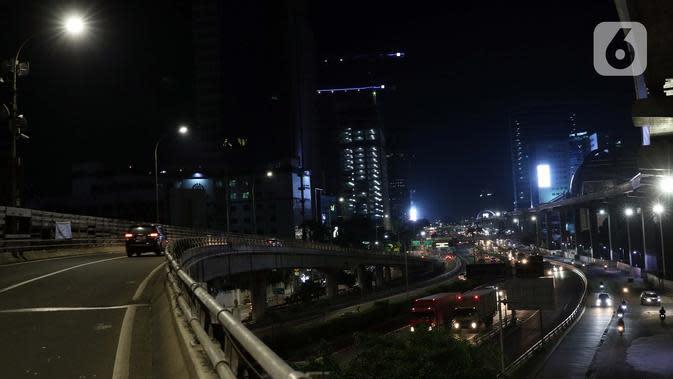 Suasana Jalan Tol Dalam Kota dan Jalan Gatot Subroto Jakarta, Kamis (2/4/2020). Pemerintah menetapkan Pembatasan Sosial Berskala Besar dengan membatasi kegiatan tertentu penduduk di wilayah yang diduga terinfeksi COVID-19. (Liputan6.com/Helmi Fithriansyah)