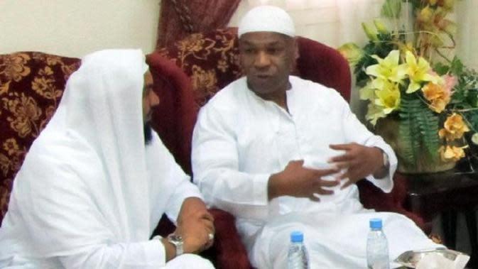 Juara dunia kelas berat Mike Tyson saat berkunjung ke Mekah pada tahun 2010 (AFP)