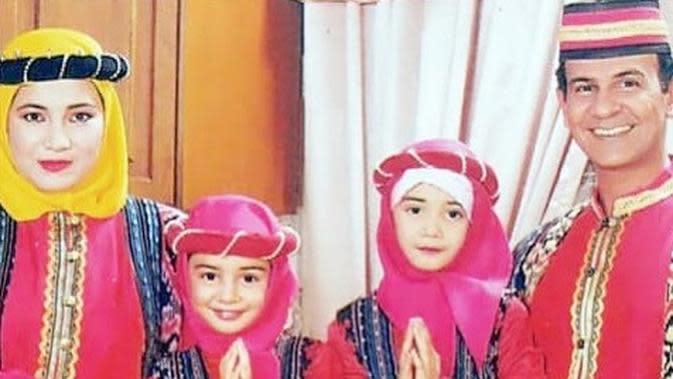 Belum lama ini, perempuan tiga orang anak itu membagikan potret saat menjadi model kalender bersama kakaknya dan kedua orang tuanya.