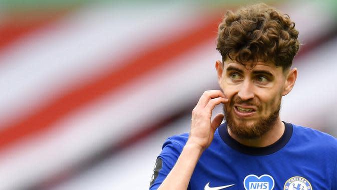 Pemain Chelsea, Jorginho, tampak kecewa usai ditaklukkan Sheffield United pada laga Premier League di Stadion Bramall Lane, Sabtu (11/7/2020). Chelsea kalah tiga gol tanpa balas. (Peter Powell/Pool via AP)