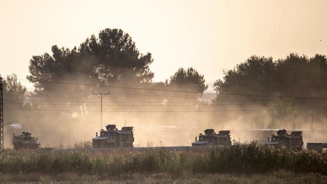 Kendaraan militer Turki melaju menuju perbatasan Suriah dekat Akcakale di Provinsi Sanliurfa, Turki, Rabu (9/10/2019). Presiden Turki Recep Tayyip Erdogan menamakan tindakan militer ini sebagai 'Operation Peace Spring'. (BULENT KILIC/AFP)